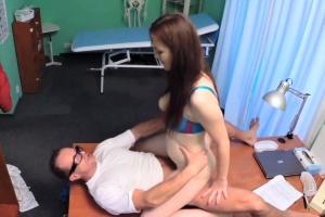 Pacientka chce od doktora znovu sex - české porno (FakeHospital)
