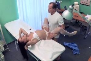 Pacientka vyruší doktora při sexu se sestřičkou – české porno (FakeHospital)