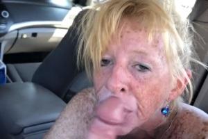 Pihatá zralá žena mu vykouří v autě za 30$
