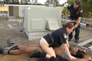Policistky ošukají chyceného zločince