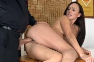 Porno casting: Pěkná brunetka natočí své první porno