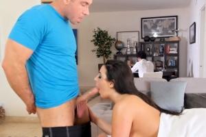 Prsatá holka podvádí manžela s masérem