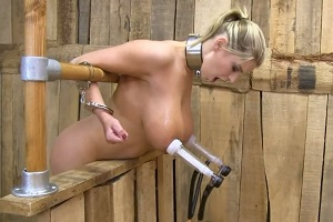 Prsatá Katarina si vyzkouší kravskou odsávačku