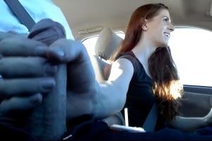 Riskantní honění péra během jízdy autem!!
