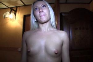 Rychlý prachy v českých ulicích – sexy blondýnka (PublicAgent)