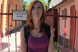 Rychlý prachy v českých ulicích – zrzavá studentka za školou (PublicAgent)