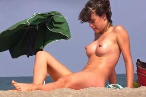 Šmírák natáčí kundy na nudistické pláži