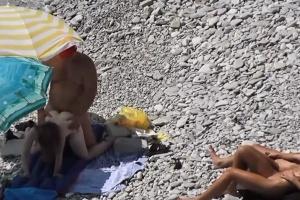 Šmírování při sexu na nudistické pláži