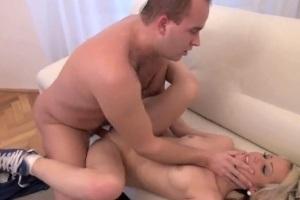 Šukézní roztomilá blondýnka píchá s přítelem - české porno