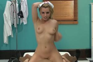 Zdravotní sestřička Lexi Belle ojede pacienta