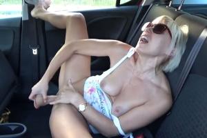 Žena zažije několik orgasmů při pissingu v autě