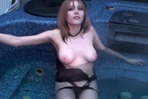 Žhavá osmnáctka se prochází nahá kolem domu svých rodičů