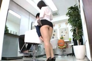 Japonská kadeřnice ochutná zákazníkovo sperma