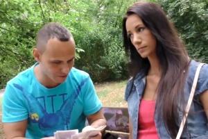 Kluk prodá svou přítelkyni - české porno