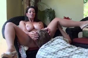 Kozatá mamina učí nevlastního syna sexuální praktiky