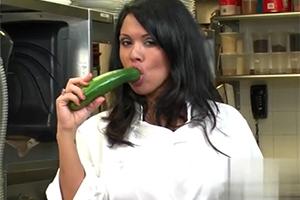 Kuchařka z reklamy na pizzu ojede přebytky i s kameramanem