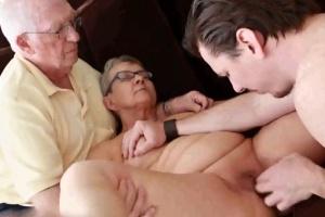 Manžel babičky pozve mladíka na sex