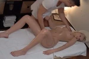 Mladá blondýnka je nevěrná s masérem - české porno
