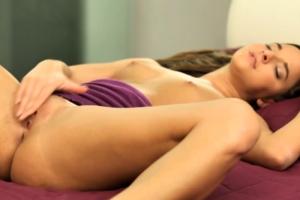 Mladá holka předvádí své tělo