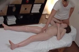 Mladá holka si nechá pěkně namasírovat kudničku - české porno
