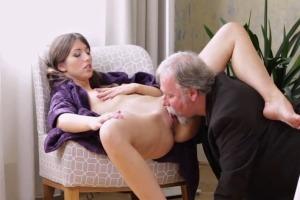 Mladá holka šuká se starším pánem - české porno