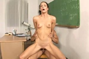 Mladá učitelka šuká s uklízečem