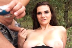 Modelka nafotí akty v přírodě - české porno