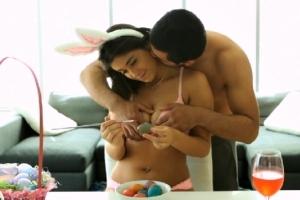 Natalie Monroe maluje velikonoční vajíčka