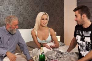 Otec ošuká synovu sexy přítelkyni - české porno