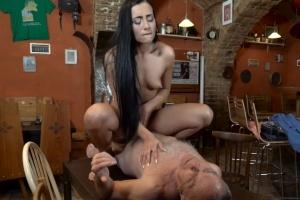Otec píchá synovu přítelkyni - české porno