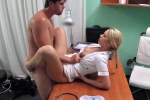 Pacient si zapíchá se sestřičkou - české porno (FakeHospital)