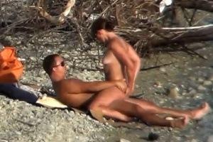Pár si zašuká na pláži