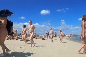 Procházka po nuda pláži