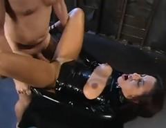 Prsatá brunetka v latexu