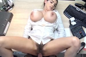 Prsatá holka žádá o půjčku - české porno