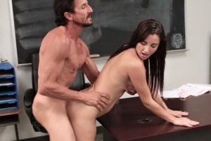 Roztomilá studentka mrdá se svým profesorem