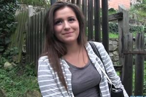 Rychlý prachy – roztomilá brunetka (PublicAgent)