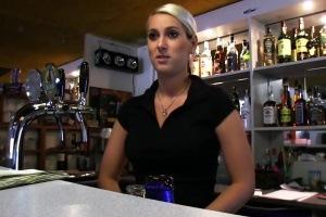 Rychlý prachy v českých ulicích – blonďatá barmanka