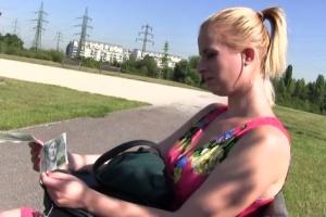 Rychlý prachy v českých ulicích – blonďatá studentka (PublicAgent)