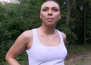 Rychlý prachy v českých ulicích – cvičící brunetka (PublicAgent)