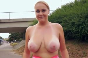 Rychlý prachy v českých ulicích – prsatá blondýnka