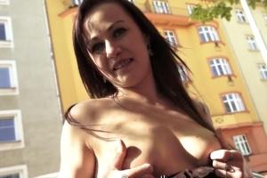 Rychlý prachy v českých ulicích – zrzka ze Slovenka