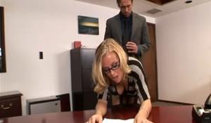 Šéf potrestá svou sekretářku