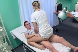 Sestřička si zapíchá s pacientem - české porno (FakeHospital)