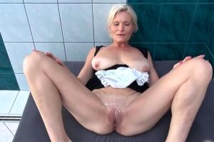 Sex s uklízečkou u bazénu - české porno
