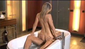 Sladká blondýnka šuká v koupelně