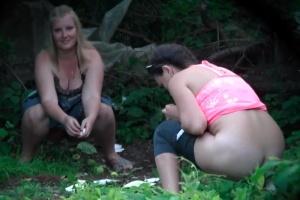Šmírování holek při čůrání v lese