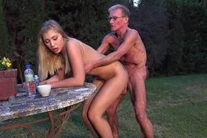 Stařík učí mladou blondýnku anální sex
