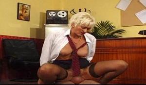 Starší sekretářka šuká se šéfem