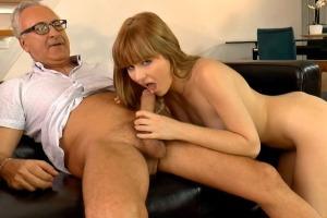 Starý chlap šuká s mladou holkou